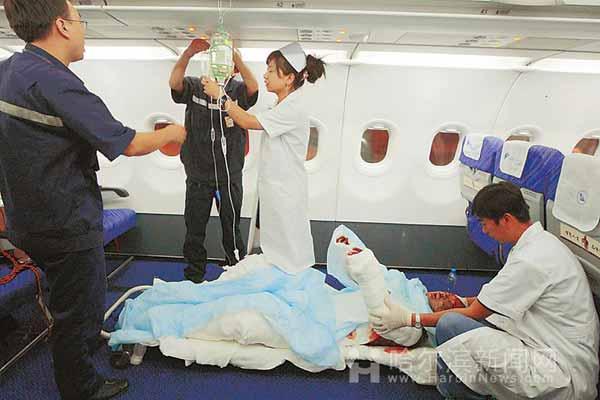 无论机组人员和医护人员怎么哄男孩就是不肯上飞机
